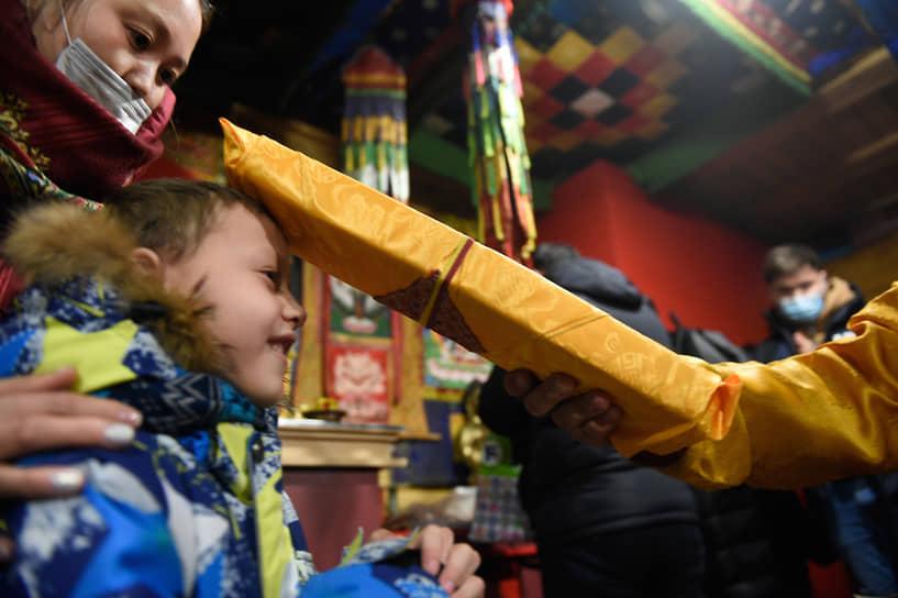 Верующие во время обряда Дугжууба накануне празднования Сагаалгана (Цагаан сар) (Буддийский Новый год) в Ринчин дацане в Новосибирске