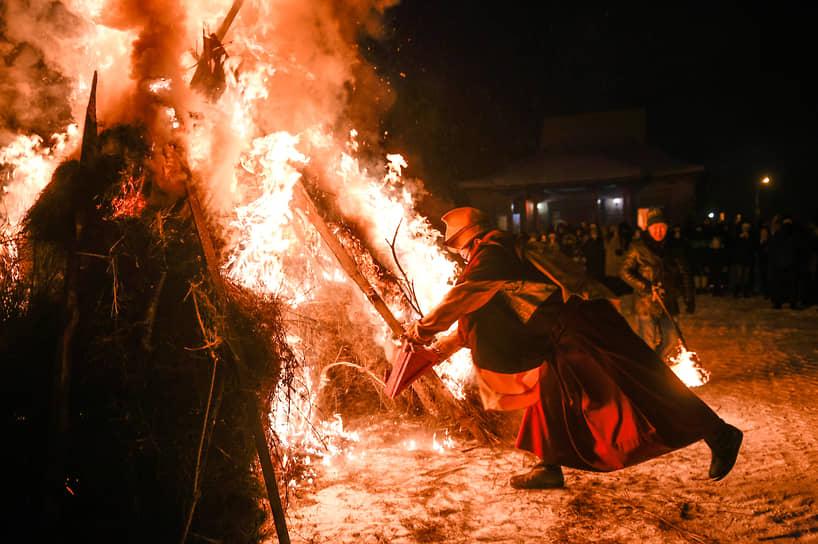 Лама у ритуального костра во время обряда Дугжууба накануне празднования Сагаалгана (буддийский Новый год) в Ринчин дацане в Новосибирске