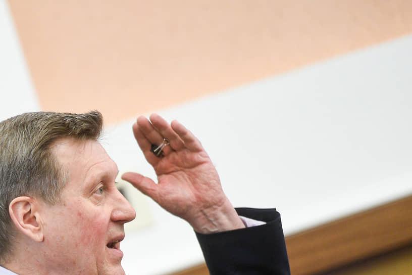 Мэр Новосибирска Анатолий Локоть во время представления отчета о проделанной работе депутатам Совета депутатов города Новосибирска