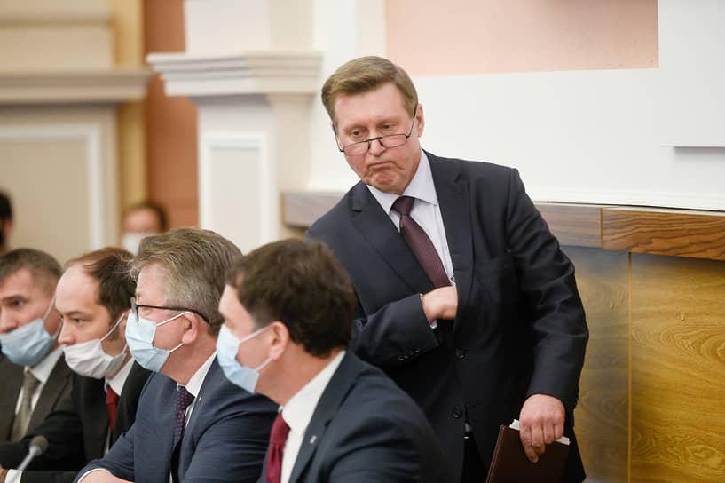 Мэр Новосибирска Анатолий Локоть (справа) после представления отчета о проделанной работе депутатам Совета депутатов города Новосибирска седьмого созыва в Большом зале мэрии Новосибирска