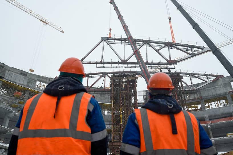 Строители наблюдают за установкой купола крыши нового ледового дворца спорта «Новосибирск-Арена»