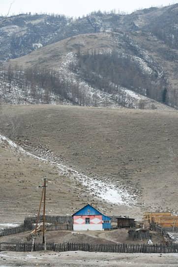 Дом на окраине села Онгудай Республики Алтай