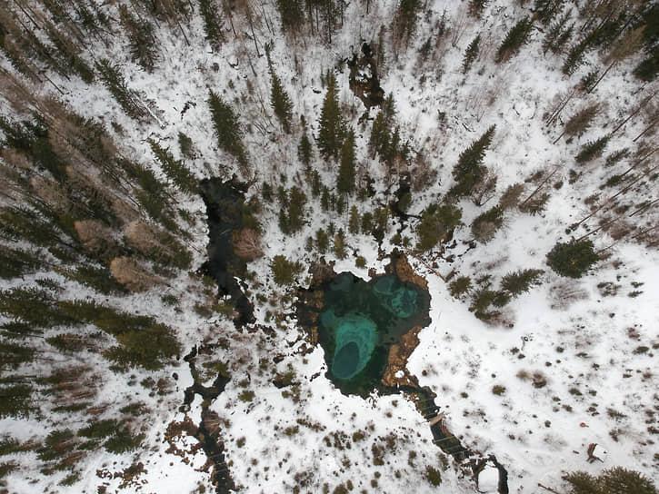 Зимние виды Республики Алтай. Гейзерное озеро у села Акташ находится на 796 км Чуйского тракта. Название «Гейзерное» озеро связано с тем, что родники выбрасывают на дно озера смесь голубой глины и песка, которая не перемешивается с водой. Глина размывается по дну водоема, образует узоры, круги, овалы в произвольном порядке