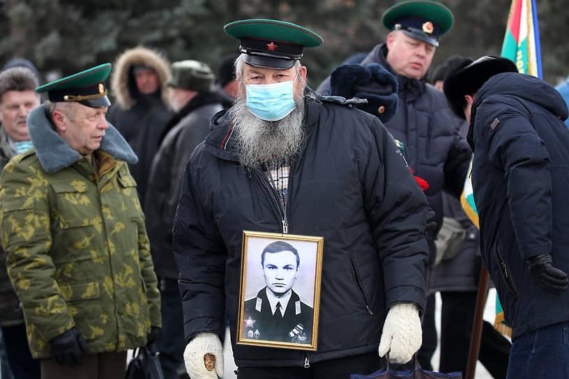 В Барнауле почтили память погибшим воинам интернационалистам. Чиновники, общественники, бывшие военные и родственники погибших солдат, исполнявших служебный долг за пределами Отечества, собрались в понедельник, 15 февраля, на площади Ветеранов в центре Барнаула