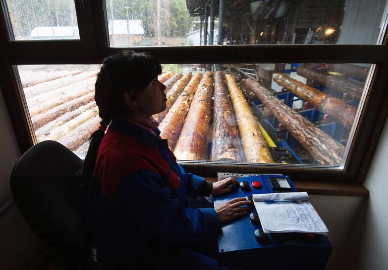 Девушка-оператор линии первичной обработки леса в Новосибирской области
