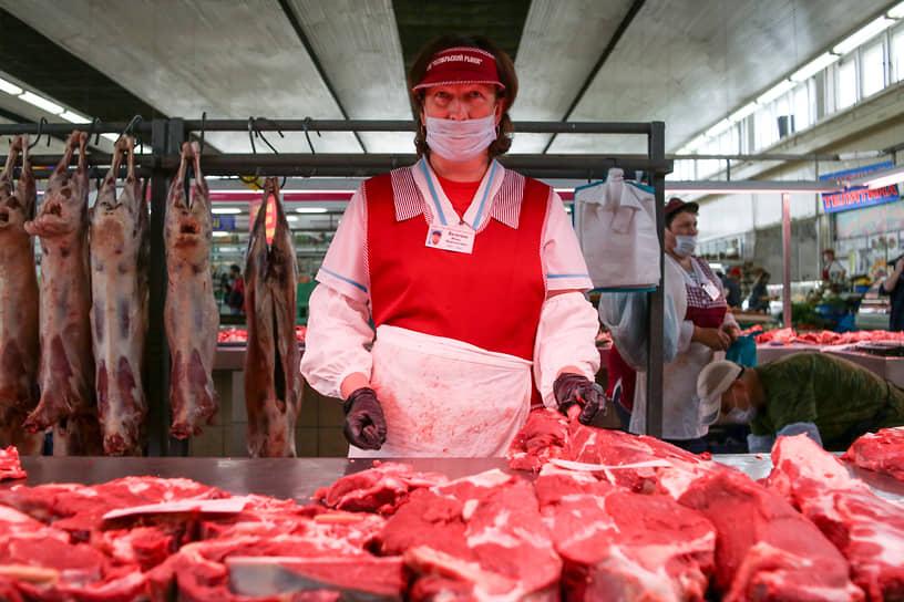 Продавщица мяса за прилавком на Октябрьском рынке Новосибирска