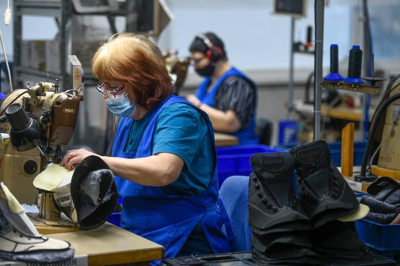Сотрудница на этапе производства на предприятии «Обувь России» в Бердске