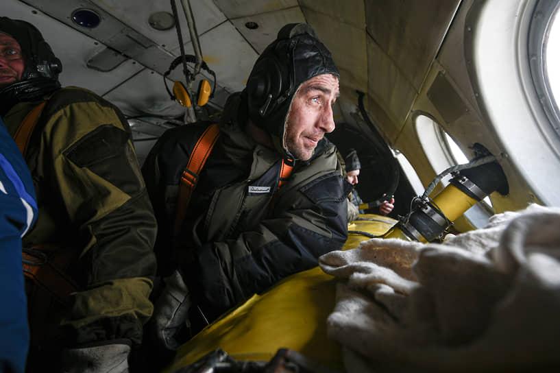 Вместе с десантниками-пожарными отрабатывают навыки и летчики-наблюдатели, ведь они ответственны за обнаружение очагов возгорания в лесах