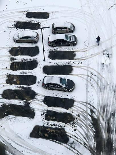 Виды Новосибирска. Заснеженная парковка в одном из жилых комплексов в Новосибирске. Следы от автомобилей на снегу