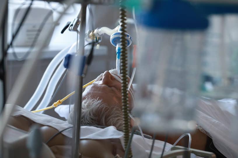 Пациент в палате интенсивной терапии в одной из больниц Новосибирской области