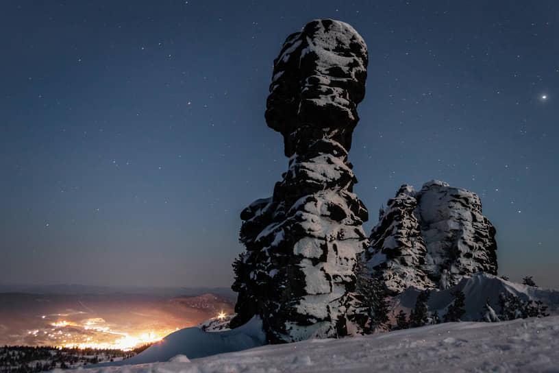 Виды горнолыжного курорта Шерегеш ночью. Скала «Верблюд». «Верблюды» — это скалы-останцы на склоне горы Курган в Шерегеше. Являются остатками выхода магмы на земную поверхность, разрушенными воздействием дождя, ветра и мороза