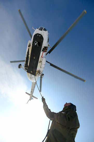 Участники парашютно-десантной пожарной службы ГАУ НСО «Новосибирская авиабаза» во время тренировки по спуску с вертолета МИ-8 со специальным спусковым устройством на аэродроме «Бердск-Центральный»