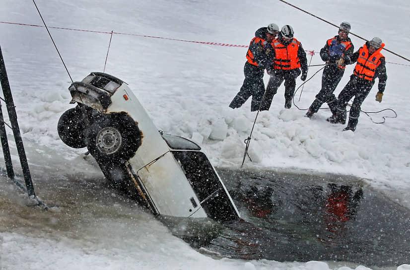 Во время мероприятий комплексной тренировки по обеспечению безаварийного пропуска весеннего половодья в Тальменском районе Алтайского края. Сотрудники спасательной службы вытаскивают автомобиль из-подо льда