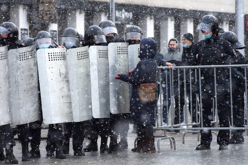 Несогласованная акция в поддержку оппозиционера Алексея Навального в Барнауле. Сотрудники полиции во время акции