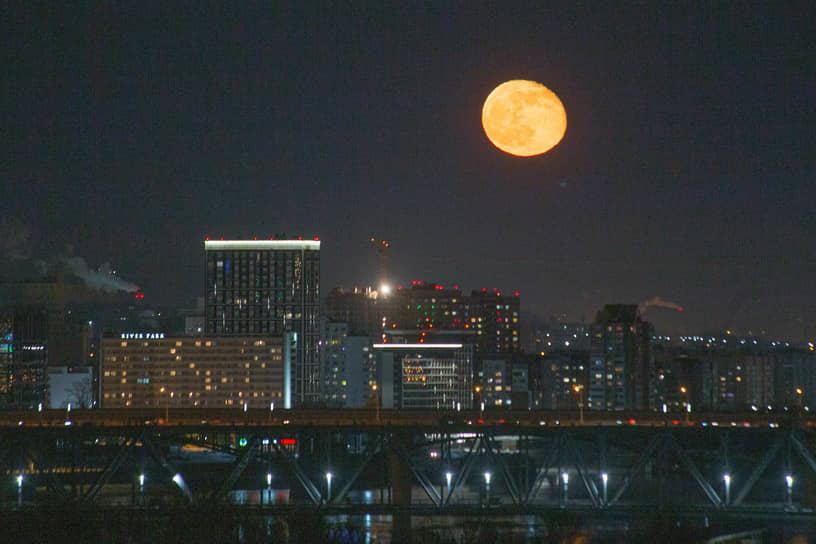 Виды ночного Новосибирска. Растущая луна в небе над городом