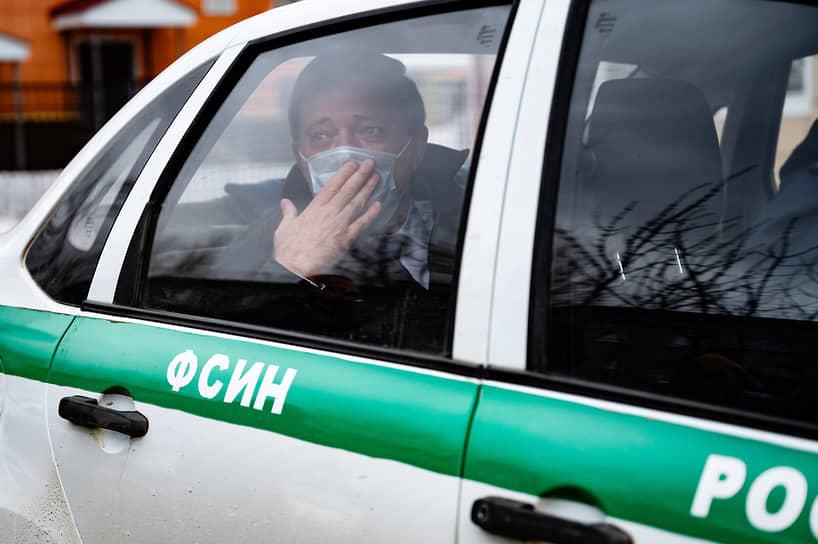 Мэр Томска Иван Кляйн, обвиняемый в превышении полномочий и незаконном предпринимательстве, в автомобиле Федеральной службы исполнения наказания (ФСИН) после окончания заседания Советского районного суда
