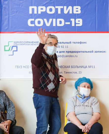 Работа мобильного пункта вакцинации от COVID-19 в одном из ТРЦ в Новосибирске. Очередь на вакцинацию
