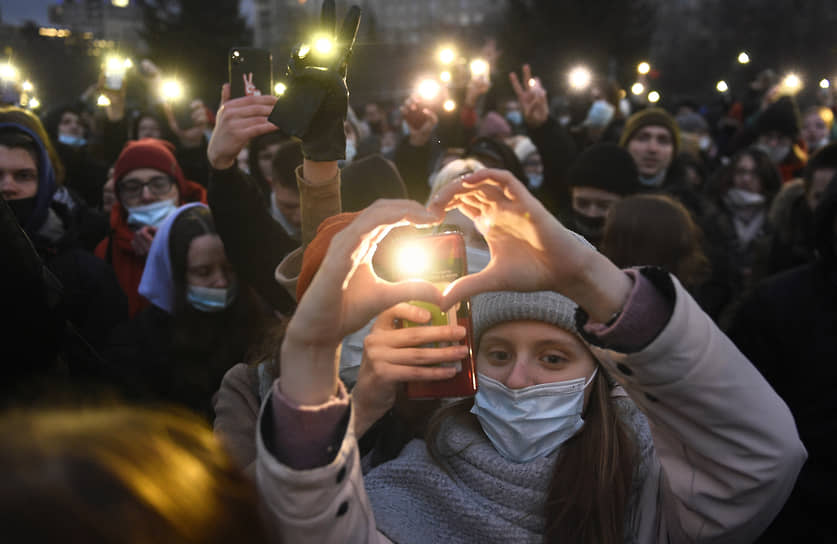 Несогласованная акция в поддержку политика Алексея Навального в центре города. Участники акции держат включенные фонарики на мобильных телефонах