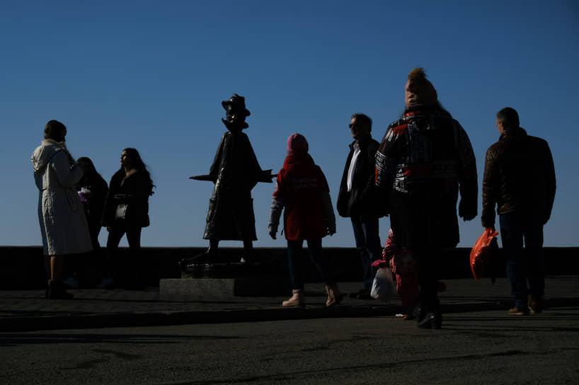 Люди прогуливаются по набережной Томска у знаменитого памятника А. П. Чехову