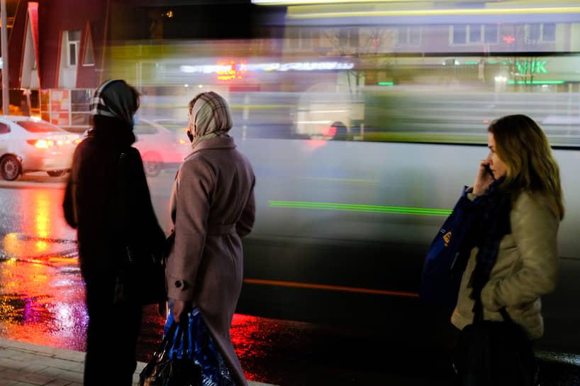 Девушки ждут автобус на проспекте Ленина в Томске