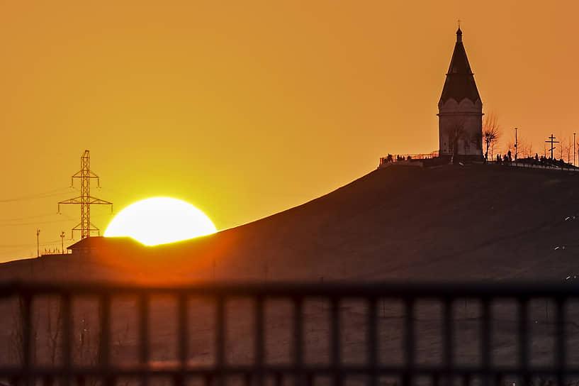Символ города Красноярска Часовня Параскевны Пятницы на фоне заходящего солнца