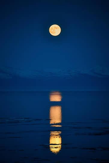 Виды Северобайкальска. Луна отражается в озере Байкал