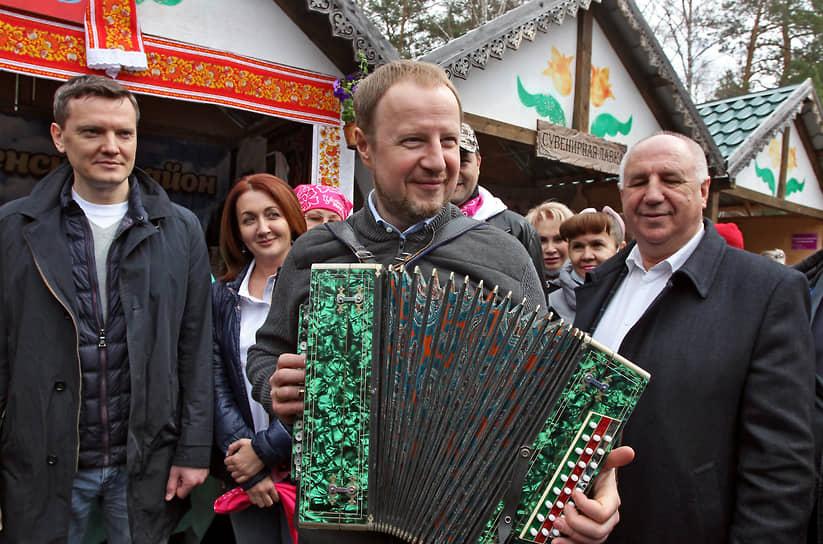 Губернатор Алтайского края Виктор Томенко (в центре) играет на гармони, во время церемонии открытия летнего туристического сезона в Алтайском крае на празднике цветения маральника