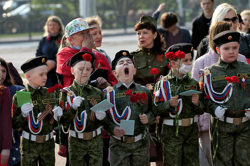 Празднование Дня Победы в Барнауле. Дети в солдатской форме во время праздничных мероприятий в центре города