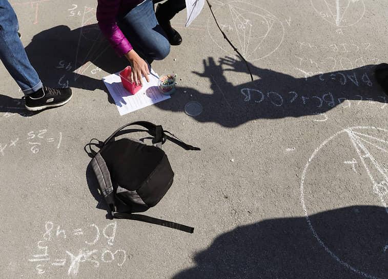 В школьном дворе, Новосибирск