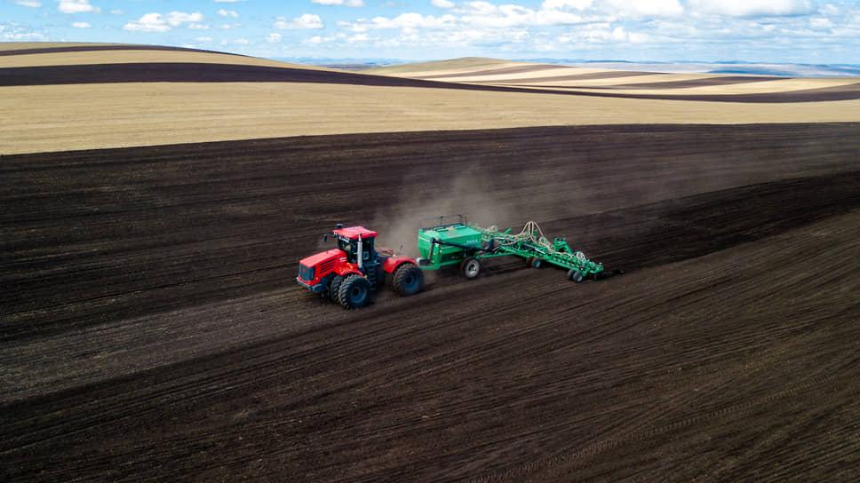На полях близ села Целинное, Ширинский район, Республика Хакасия. Трактор во время посевной