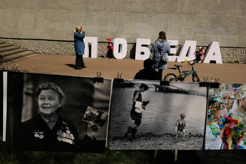 Выставка фотографий в формате фото-сушки у Дома творческих союзов в Новокузнецке