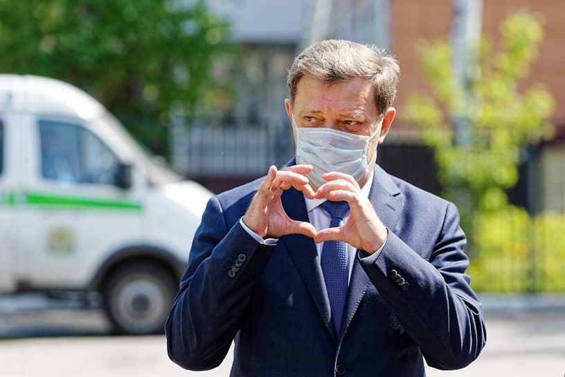 Мэр Томска Иван Кляйн, обвиняемый в превышении полномочий и незаконном предпринимательстве, после окончания заседания Советского районного суда, показывает знак сердца горожанам, которые пришли поддержать его к зданию суда