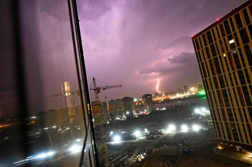 Вид ночного Новосибирска во время грозы
