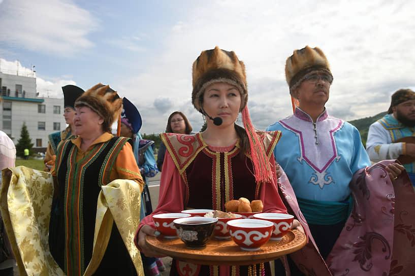 Длительное время Алтай был центром государства калмыков — Джунгарского ханства. Русские первопроходцы даже называли алтайцев «белыми калмыками»