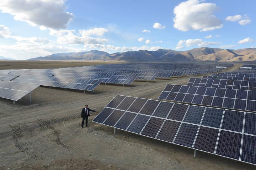 Сегодня в регионе развивается направление альтернативной энергетики. В 2020 году введена в эксплуатацию Чемальская солнечная электростанция, завершившая проект строительства солнечной генерации из восьми СЭС в регионе. Их совокупная годовая выработка позволит обеспечить электроэнергией более 30% потребления региона. На фото: Кош-Агачская солнечная электростанция
