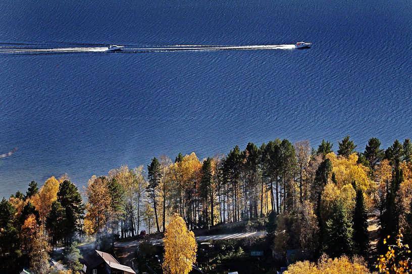 К числу основных туристических объектов региона относится Телецкое озеро, занимающее площадь более 230 кв. км