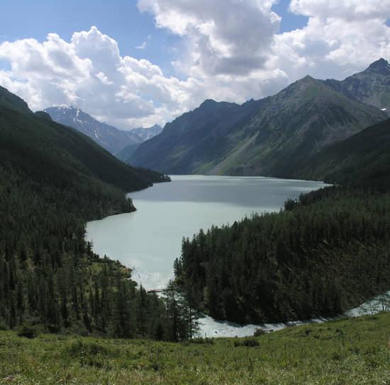 Среди уникальных природных объектов Алтая можно также выделить каскад Каракольских озер в Чемальском районе (вода в каждом из семи озер отличается по цвету и химическому составу от других)