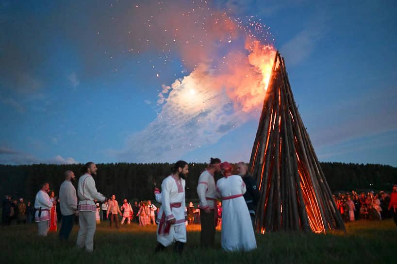 Этнокультурный фестиваль «Солнцестояние» в деревне Окунево на реке Тара, Омской области. Участники на фестивале