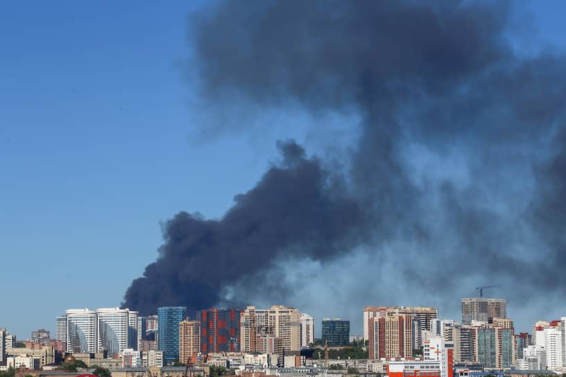 Последствия взрыва на газовой автозаправочной станции в Новосибирске. Вид на клубы дыма с левого берега города