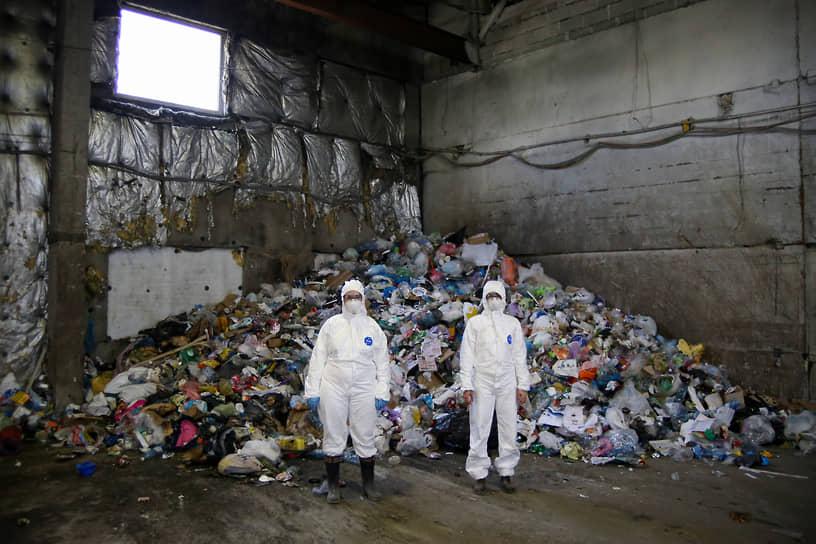 Проект «Ноль отходов» экологической организации Greenpeace (Гринпис) России. Участники проекта во время посещения мусоросортировочной станции в Новосибирске в рамках проекта