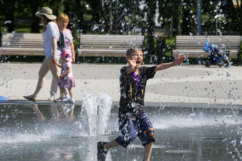 Жара в начале месяца в Новосибирске. Ребенок купается в фонтане в Центральном парке