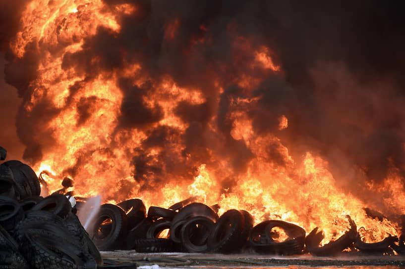 Пожар на заводе им. Кузьмина. По данным ГУ МЧС по Новосибирской области, на площади 200 кв. м горели покрышки