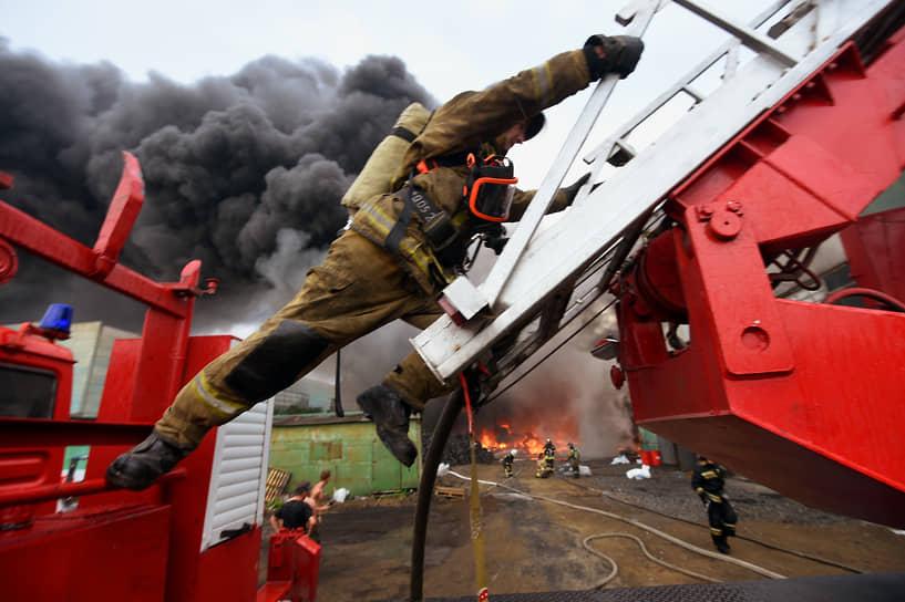 Пожар на территории Новосибирского металлургического завода им. Кузьмина. Сотрудники МЧС России во время ликвидации пожара