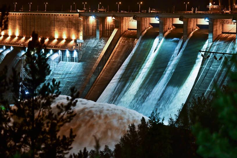 Сброс воды на Красноярской ГЭС через четыре открытых затвора внешнего водосброса с расходом воды около 7 тыс. куб. м в секунду. Холостой сброс воды осуществлялся впервые с 2010 года из-за угрозы экстремального паводка на Енисее, вызванного большим запасом снега в горах и продолжительными дождями в мае