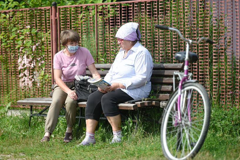 «У нас около 100 человек живет в Малиновке. Есть и молодые семьи, но в основном, конечно, пенсионеры. Ждут пенсию, весточки от родных, любимые газеты. Принимаю также оплату за коммуналку, деньги на телефон могу положить. Часто старики просят привезти им из Легостаево какой-то товар, даже продукты — не отказываю»,— говорит Ирина