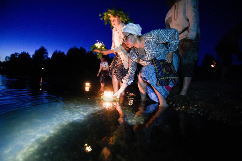Девушки отправляли в плавание венки со свечами и травами и следили, чей венок шёл ко дну, а чей уплывал. В разных регионах далеко уплывший венок означал скорое замужество, в других — долгую жизнь. У славян венок был символом круга и совершенства, а также символизировал непрерывный союз между мужчиной и женщиной