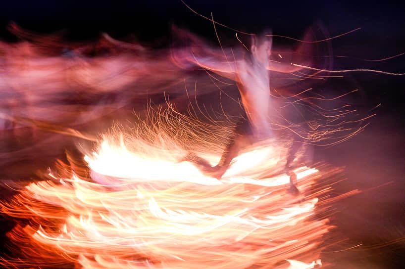 Древние славяне зажигали купальский костер от огня добытого трением. Через огонь прыгали, водили вокруг него хороводы, пели песни и танцевали