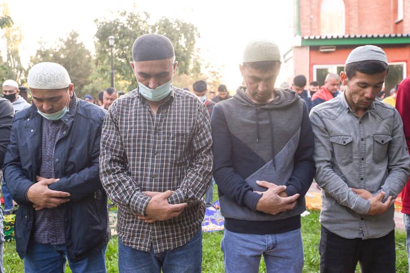 После мусульмане слушают проповедь имама, в которой он объясняет значение и происхождение обряда жертвоприношения