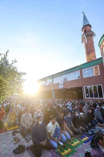 К празднованию мусульмане готовятся за 10 дней и соблюдают пост. Ночью перед праздником они проводят намаз. В это время, как считается, Всевышний отвечает на их просьбы