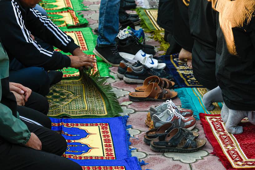 После окончаия намаза верующие выходят на площади перед мечетями